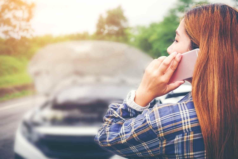 donna-che-chiama-al-telefono-assistenza-stradale-global-safe